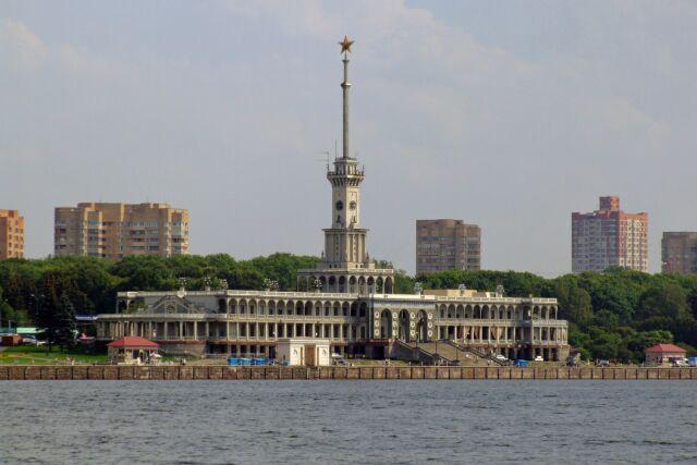 Здание Северного речного вокзала на Химкинском водохранилище. North River Terminal in Moscow