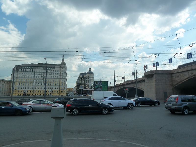 Большой Москворецкий мост, вид на ул. Балчуг, дом 2 ( в центре )