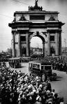 Улицы Москвы, старые фото - Триумфальная арка и автобусы ЗИС-8