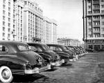 Улицы Москвы, старые фото - Машины перед зданием.