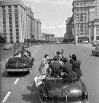 Улицы Москвы, старые фото - молодёжь в кабриолетах
