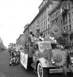 Улицы Москвы, старые фото - машина для праздничного шоу